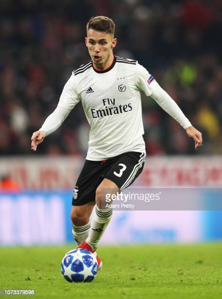 Alex Grimaldo of SL Benifica controls the ball during the Group E match of the UEFA Champions League between FC Bayern Muenchen and SL Benfica at...