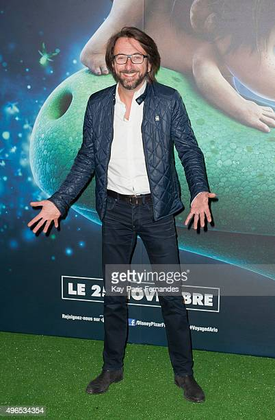 Alex Jaffray and his children attend the 'Le Voyage d'Arlo The Good Dinosaur' Paris Premiere at Le Grand Rex on November 10 2015 in Paris France