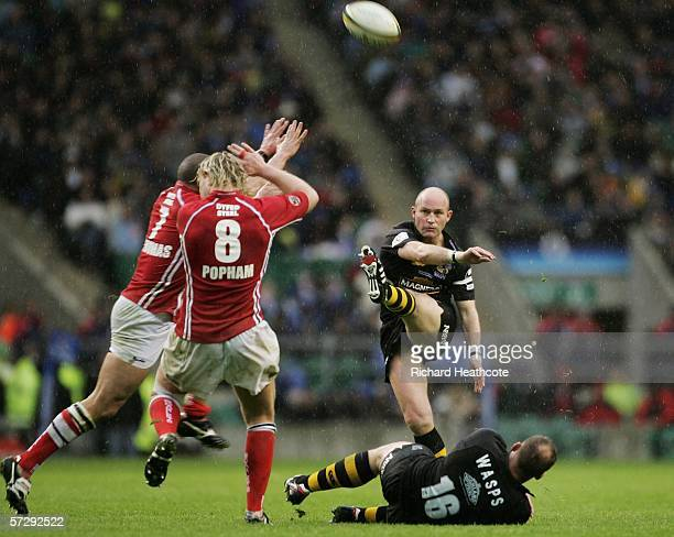 Alex King of Wasps kicks a drop goal to seal his teams victory during the Powergen Cup Final between London Wasps and Llanelli Scarlets at Twickenham...
