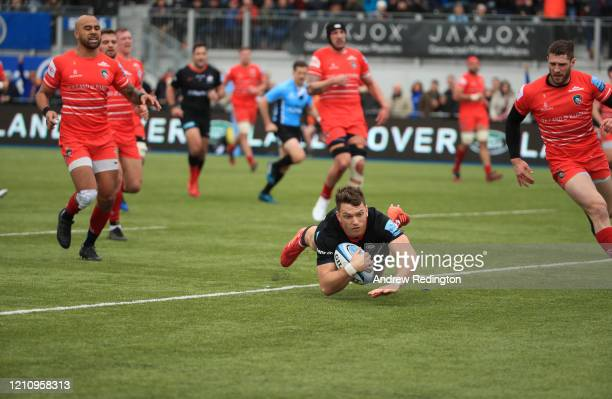 Alex Lewington of Saracens bursts through to score his side's opening try during the Gallagher Premiership Rugby match between Saracens and Leicester...