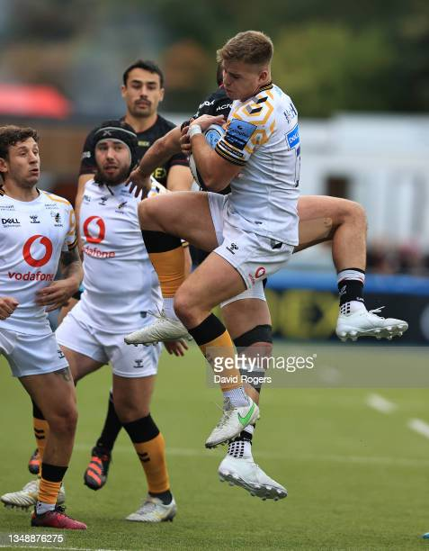 Alex McHenry of Wasps holds onto the ball as Sean Maitland challenges during the Gallagher Premiership Rugby match between Saracens and Wasps at...