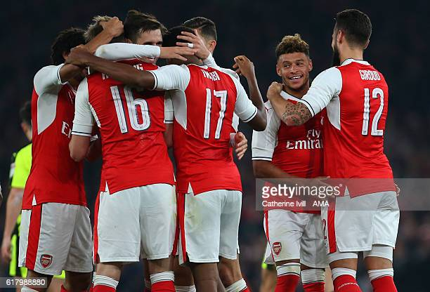 Alex OxladeChamberlain of Arsenal celebrates with his team mates after he scores to make it 20 during the EFL Cup fourth round match between Arsenal...
