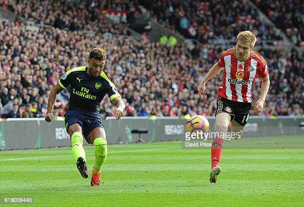 Alex OxladeChamberlain of Arsenal crossed for the 1st goal under pressure Duncan Watmore of Sunderland during the Premier League match between...