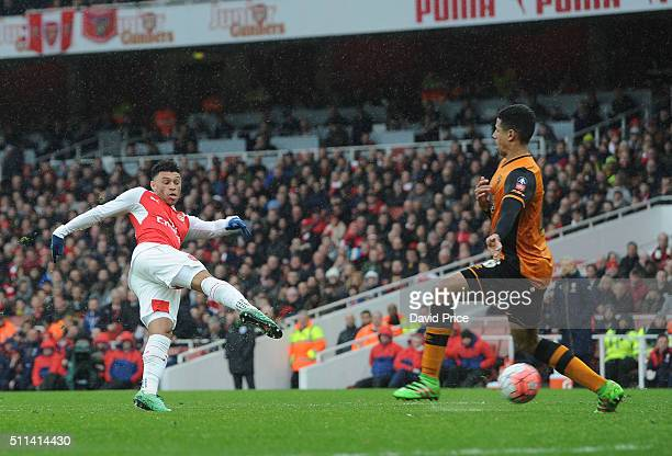 Alex OxladeChamberlain of Arsenal shoots under pressure from Curtis Davies of Hull during the match between Arsenal and Hull City in the FA Cup 5th...