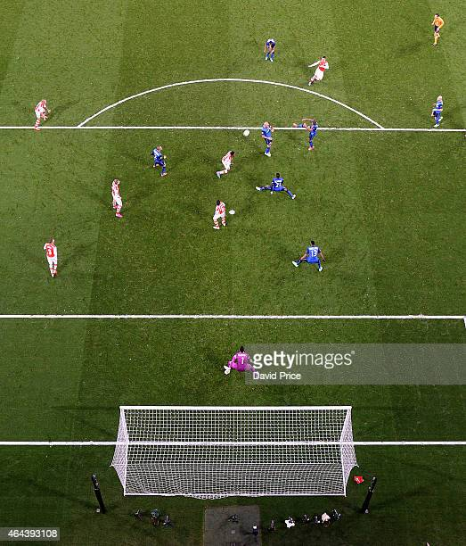 Alex OxladeChamberlain scores Arsenal goal past Danijel Subasic of Monaco during the UEFA Champions League Round of 16 match between Arsenal and...