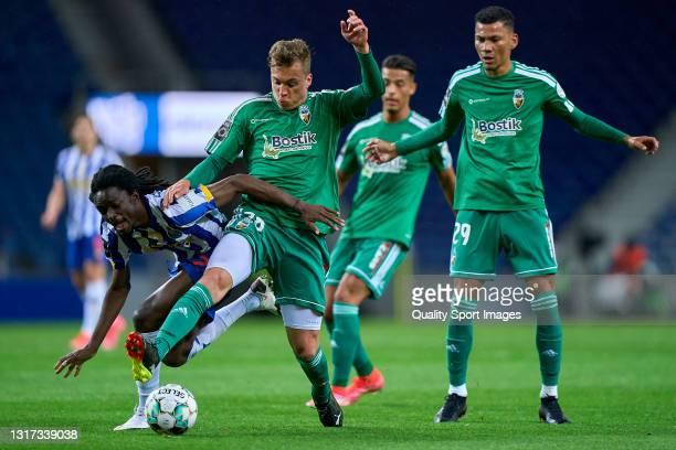 Alex Pinto of SC Farense competes for the ball with Romario Baro of FC Porto during the Liga NOS match between FC Porto and SC Farense at Estadio do...