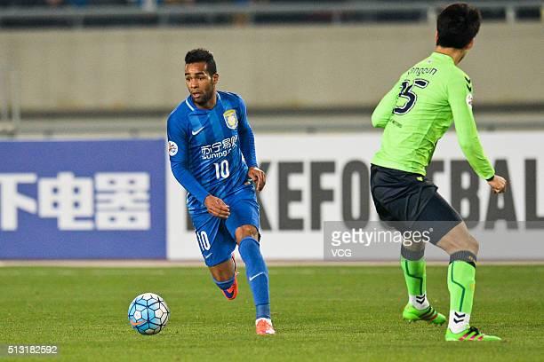 Alex Teixeira of Jiangsu Suning drives the ball during the AFC Champions League Group E match between Jiangsu Suning and Jeonbuk Hyundai Motors at...