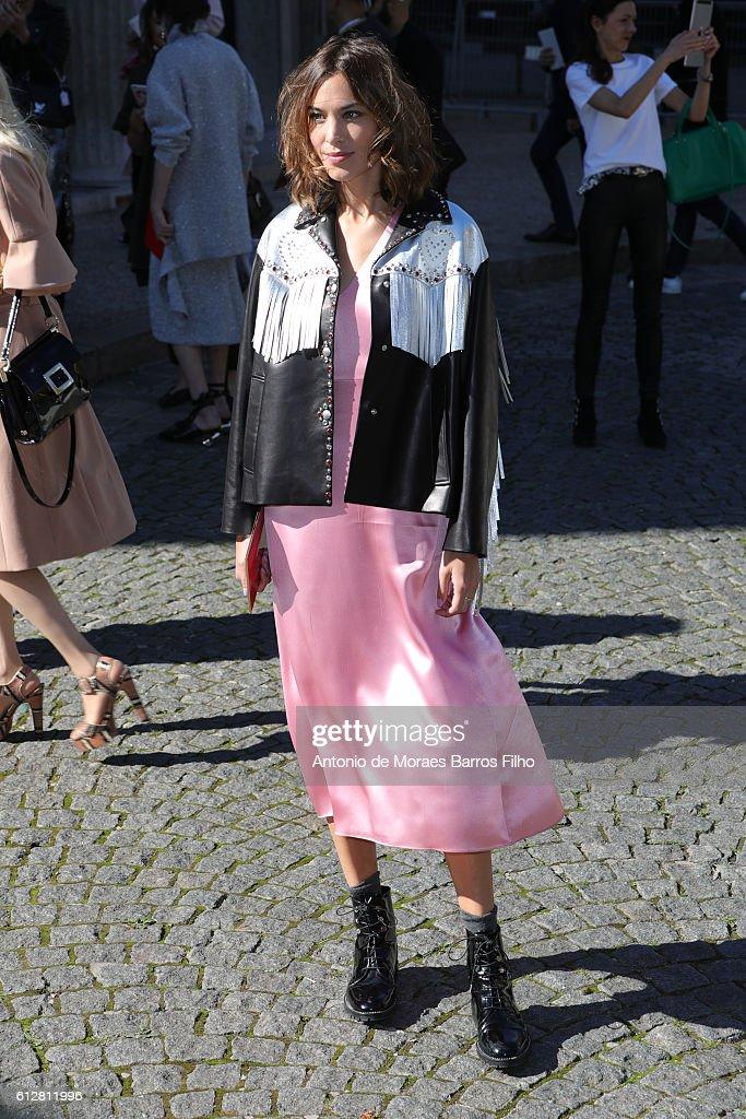 Miu Miu : Outside Arrivals - Paris Fashion Week Womenswear Spring/Summer 2017 : News Photo