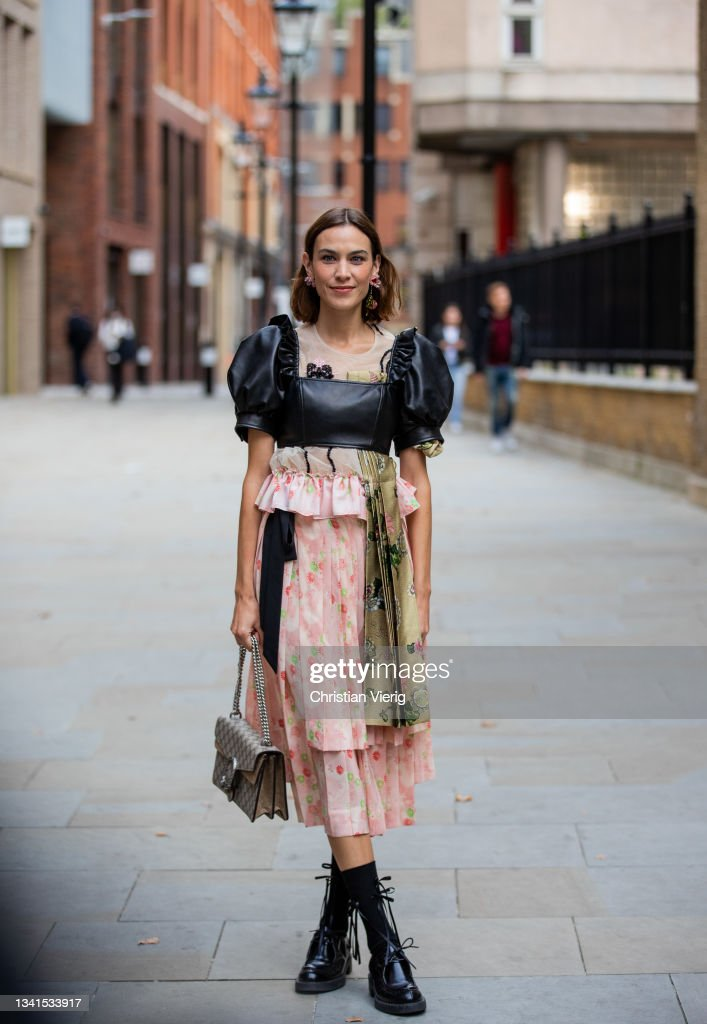 Street Style - LFW September 2021 : Nachrichtenfoto