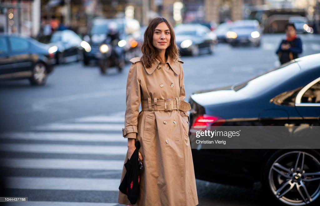 Street Style : Paris Fashion Week Womenswear Spring/Summer 2019 : Day Eight : News Photo