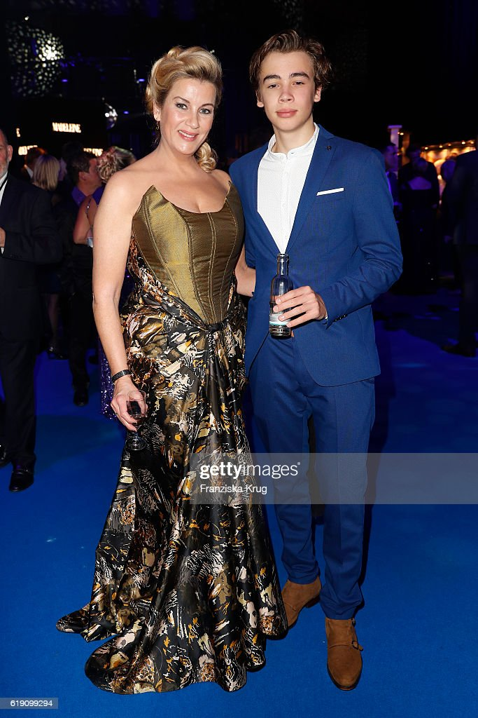 Alexa Maria Surholt and her son Arthur attend the Goldene Henne on October 28, 2016 in Leipzig, Germany.