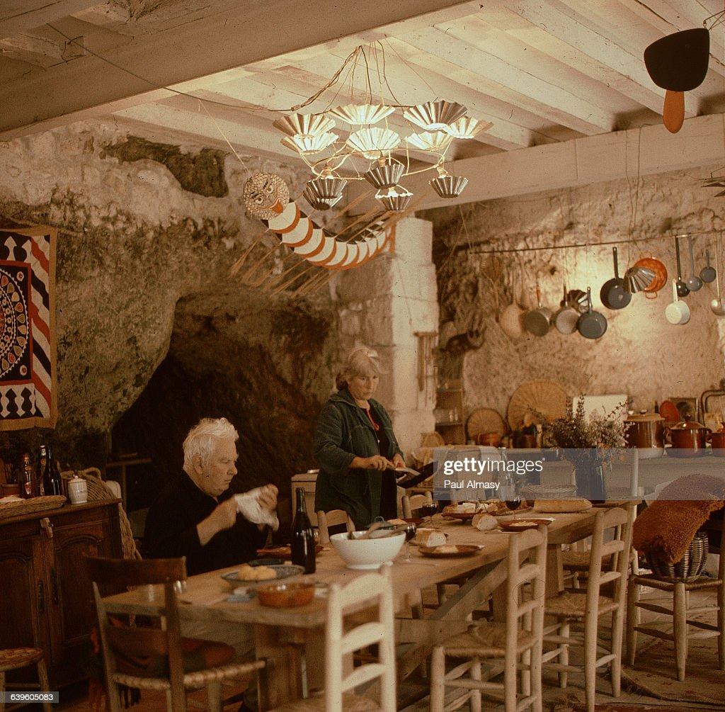 Alexander Calder and His Wife in Their Kitchen : Fotografía de noticias