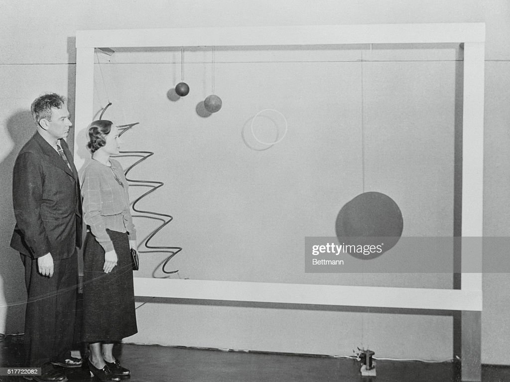 Alexander Calder Showing Mobile Art Forms : Fotografía de noticias