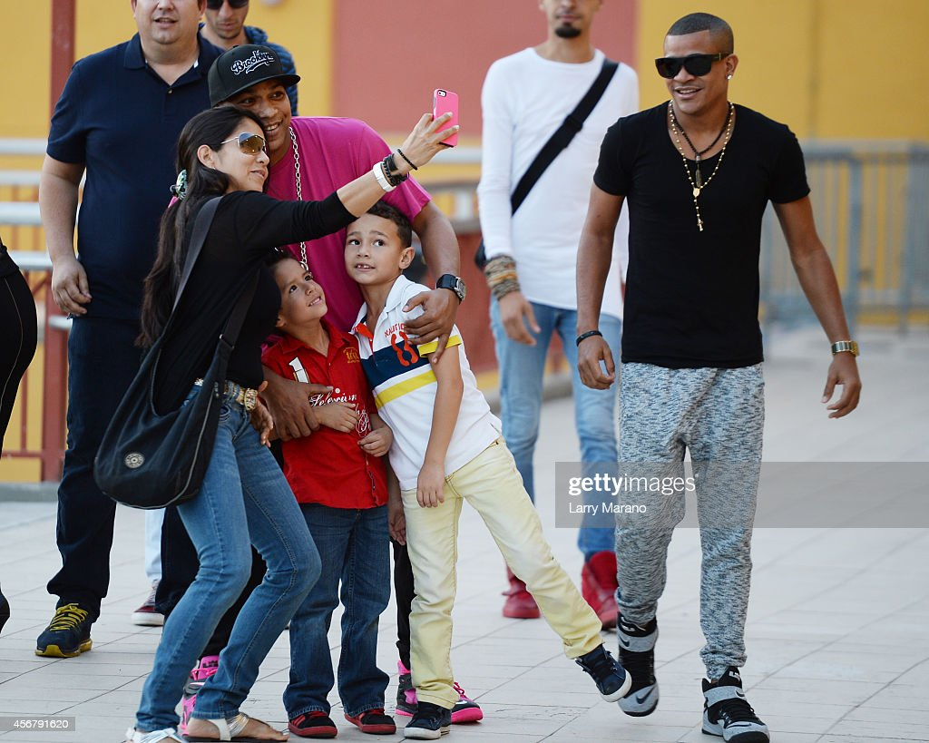 Photos et images de chino nacho meet and greet fans at the alexander delgado and randy malcom of gente de zona meet and greet fans at the dolphin kristyandbryce Image collections