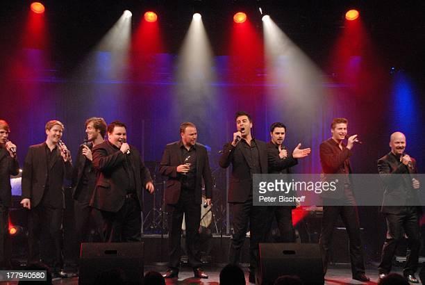 Alexander Herzog Gary Nardella dahinter weitere Mitglieder der Gesangsgruppe '12 Tenors' Konzert TipiZelt am Kanzleramt Berlin Deutschland Europa...