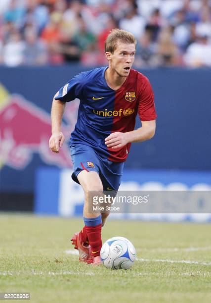 Alexander Hleb of FC Barcelona plays the ball against the New York Red Bulls at Giants Stadium in the Meadowlands on August 6 2008 in East Rutherford...