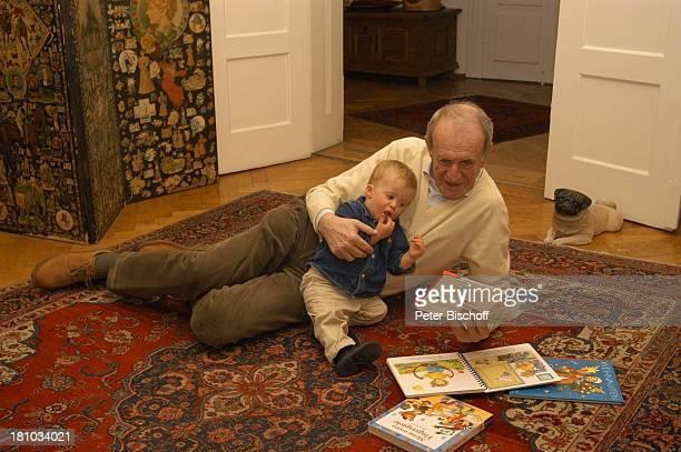 Alexander Kerst Enkel Konstantin Homestory Geburtstag von Alexander Kerst München Schauspieler Kinderbuch Buch Bücher vorlesen Promis Familie...
