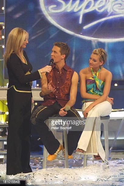 Alexander Klaws Finalistin Juliette Schoppmann Frauke Ludowig RTLCastingShow Deutschland sucht den Superstar Köln 0832003 Bühne nach der Entscheidung...