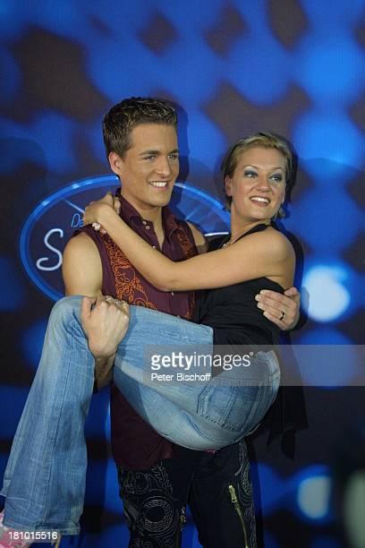 Alexander Klaws Finalistin Juliette Schoppmann RTLCastingShow Deutschland sucht den Superstar Bühne Logo Köln 0832003 Finale Sieger Sänger Sängerin...