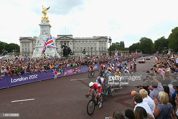 Alexander Kristoff of Norway leads the chasing pack as they pass the Queen Victoria Memorial and Buckingham Palace to claim bronze during the men's...