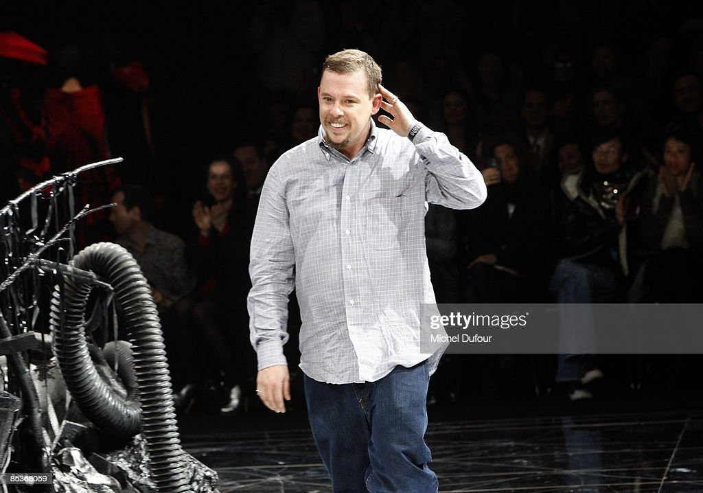 Alexander McQueen: Paris Fashion Week Ready-to-Wear A/W 09 : News Photo