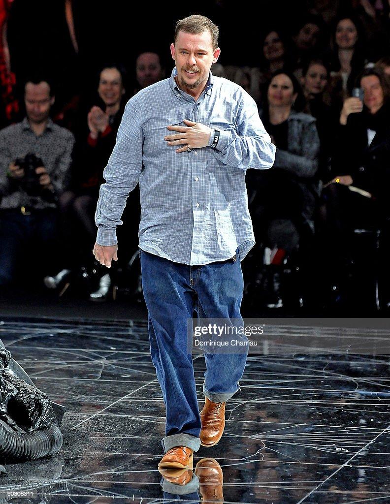 Alexander McQueen: Paris Fashion Week Ready-to-Wear A/W 09 : Nachrichtenfoto
