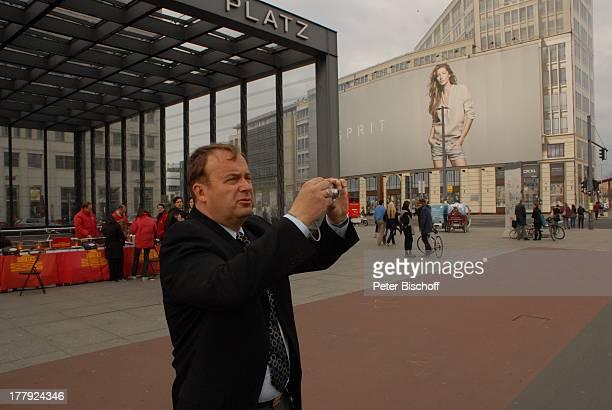 Alexander Nefedov an 'M a u e r' am Potsdamer Platz Berlin Deutschland Europa Kamera fotografieren