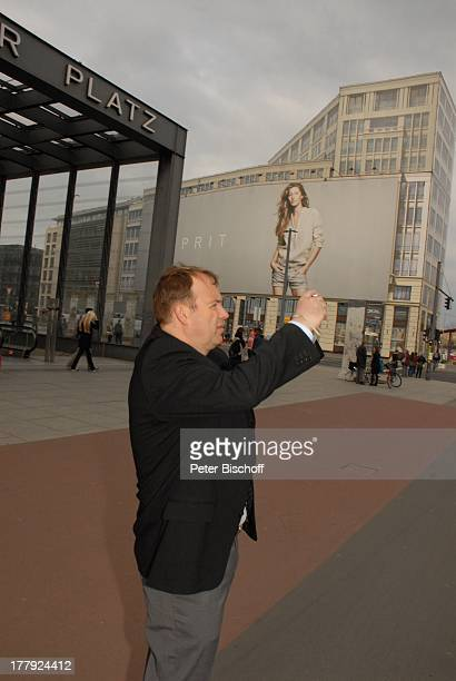 Alexander Nefedov an M a u e r am Potsdamer Platz Berlin Deutschland Europa Kamera fotografieren