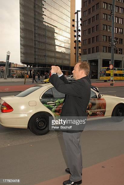 Alexander Nefedov an 'M a u e r' am Potsdamer Platz Berlin Deutschland Europa Kamera fotografieren Taxi