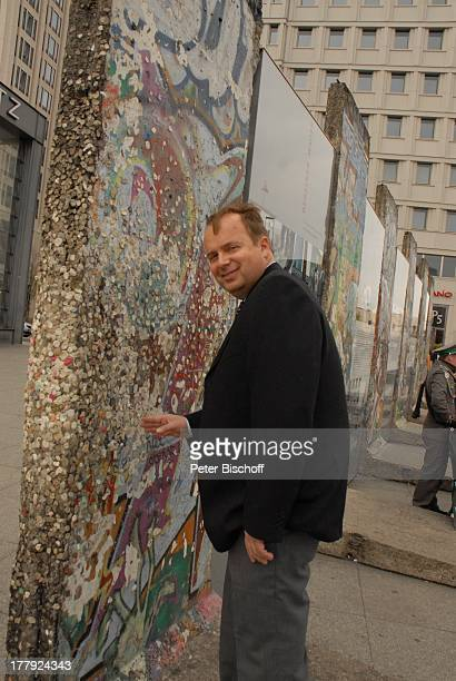 Alexander Nefedov an 'Mauer' am Potsdamer Platz Berlin Deutschland Europa