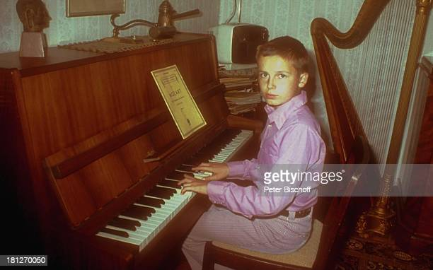 Alexander Nefedov Homestory Boston Wohnzimmer Klavier spielen Musikinstrument Notenblatt Harfe Hausmusik Promis Prominenter Prominente