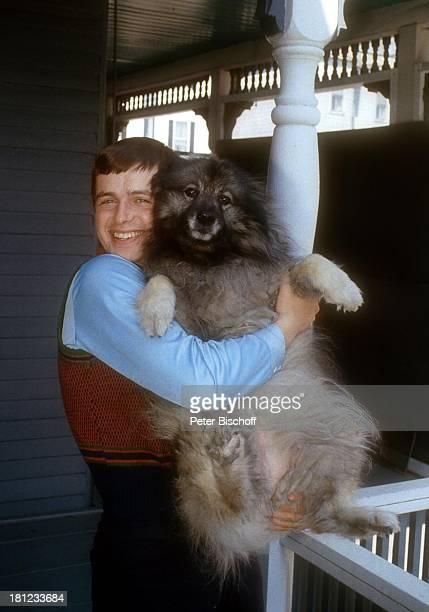 Alexander Nefedov Hund Homestory Boston 0102 1980 Veranda umarmen kuscheln Tier Promis Prominenter Prominente