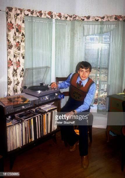 Alexander Nefedov Hund Homestory Boston 0102 1980 Wohnzimmer Plattenspieler Schallplatte auflegen SchallplattenSammlung Binder Krawatte Schlips...