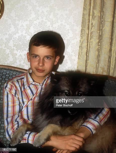 Alexander Nefedov Hund Homestory Boston Wohnzimmer Sofa Tier kuscheln Promis Prominenter Prominente