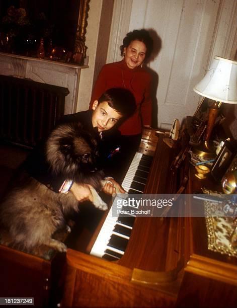 Alexander Nefedov Lidia Nikdski Hundedame Boston/Amerika/USA spielen Klavier Musikinstrument spielen Promis Prominenter Prominente