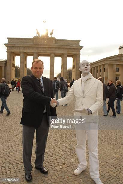 Alexander Nefedov mit Pantomime vor Brandenburger Tor Berlin Deutschland Europa