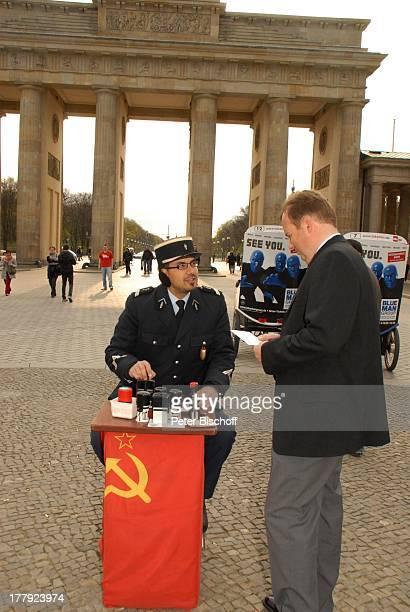 Alexander Nefedov mit 'Zöllner' vor Brandenburger Tor Berlin Deutschland Europa