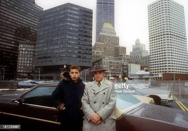 Alexander Nefedov Vater Nicholas Nefedov Boston City Centrum Zentrum Skyline Wolkenkratzer Hochhaus Hut Pkw Auto Promis Prominenter Prominente