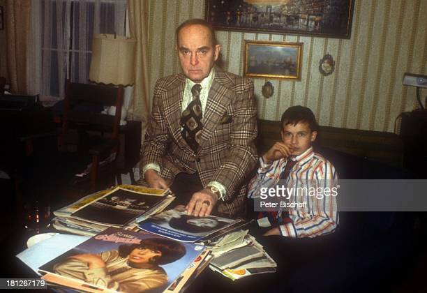 Alexander Nefedov Vater Nicholas Nefedov Homestory Boston Wohnzimmer Schallplatten MagazinCover mit Alexandras Abbild Krawatte Promis Prominenter...