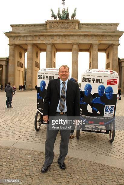 Alexander Nefedov vor Brandenburger Tor Berlin Deutschland Europa