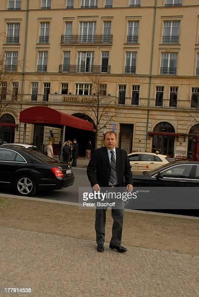 """Alexander Nefedov , vor """"Hotel Adlon"""", Berlin, Deutschland, Europa,"""