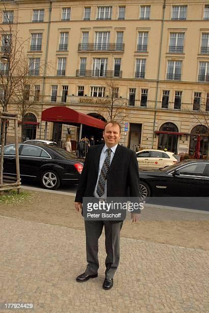 Alexander Nefedov vor Hotel Adlon Berlin Deutschland Europa
