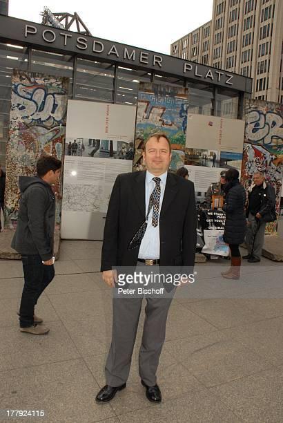 Alexander Nefedov vor Mauer am Potsdamer Platz Berlin Deutschland Europa