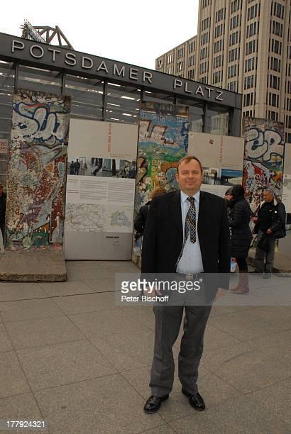 Alexander Nefedov vor 'Mauer' am Potsdamer Platz Berlin Deutschland Europa