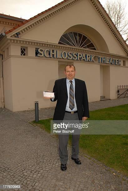 Alexander Nefedov vor MusikTheaterstück Alexandra Glück und Verhängnis eines Stars SchlossparkTheater Berlin Deutschland Europa Eintrittskarte Ticket