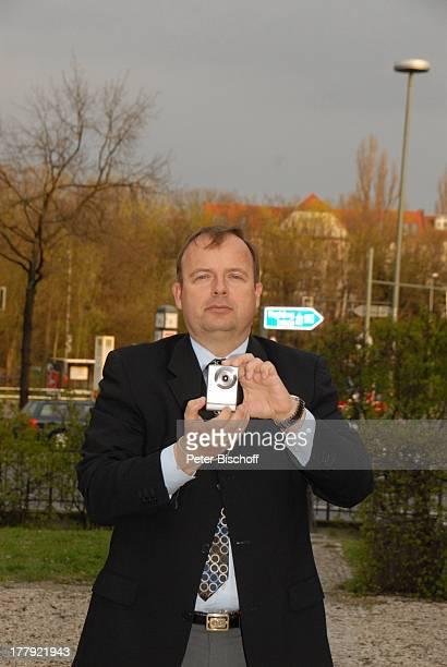 Alexander Nefedov vor MusikTheaterstück Alexandra Glück und Verhängnis eines Stars SchlossparkTheater Berlin Deutschland Europa Kamera Fotokamera
