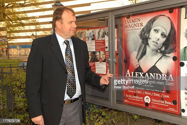 Alexander Nefedov vor MusikTheaterstück Alexandra Glück und Verhängnis eines Stars SchlossparkTheater Berlin Deutschland Europa Plakat