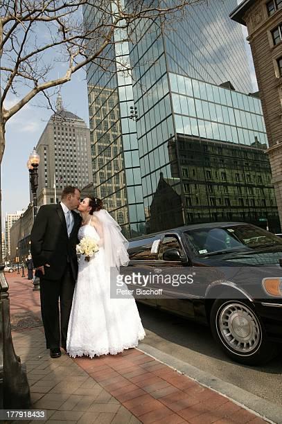 Alexander NefedovSkovitan Ehefrau Anna Roche Hochzeit Boston Massachusetts Nordamerika USA Amerika Wolkenkratzer Kuss Hochzeitskuss Limousine Auto...