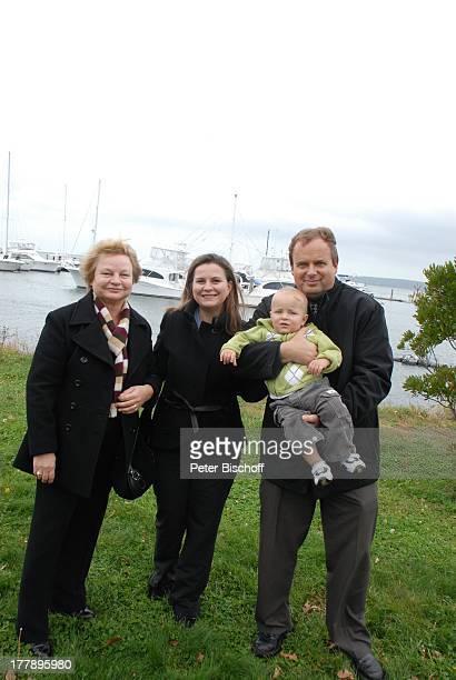 Alexander NefedovSkovitan Ehefrau Anna Roche mit Mutter Tatjana Sohn George YachtHafen Plymouth Massachussetts Nordamerika USA Amerika Boote Kind...