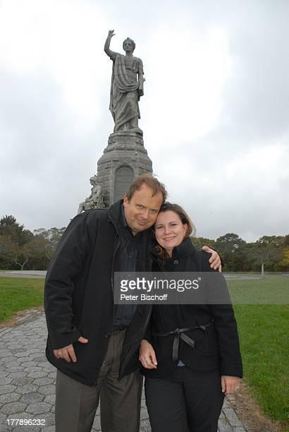 Alexander NefedovSkovitan Ehefrau Anna Roche National Monument to the Forefathers PlymouthRock Plymouth Massachussetts Nordamerika USA Amerika Familie